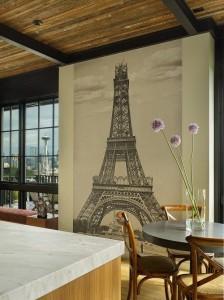 ポスターを飾る エッフェル塔が見える部屋